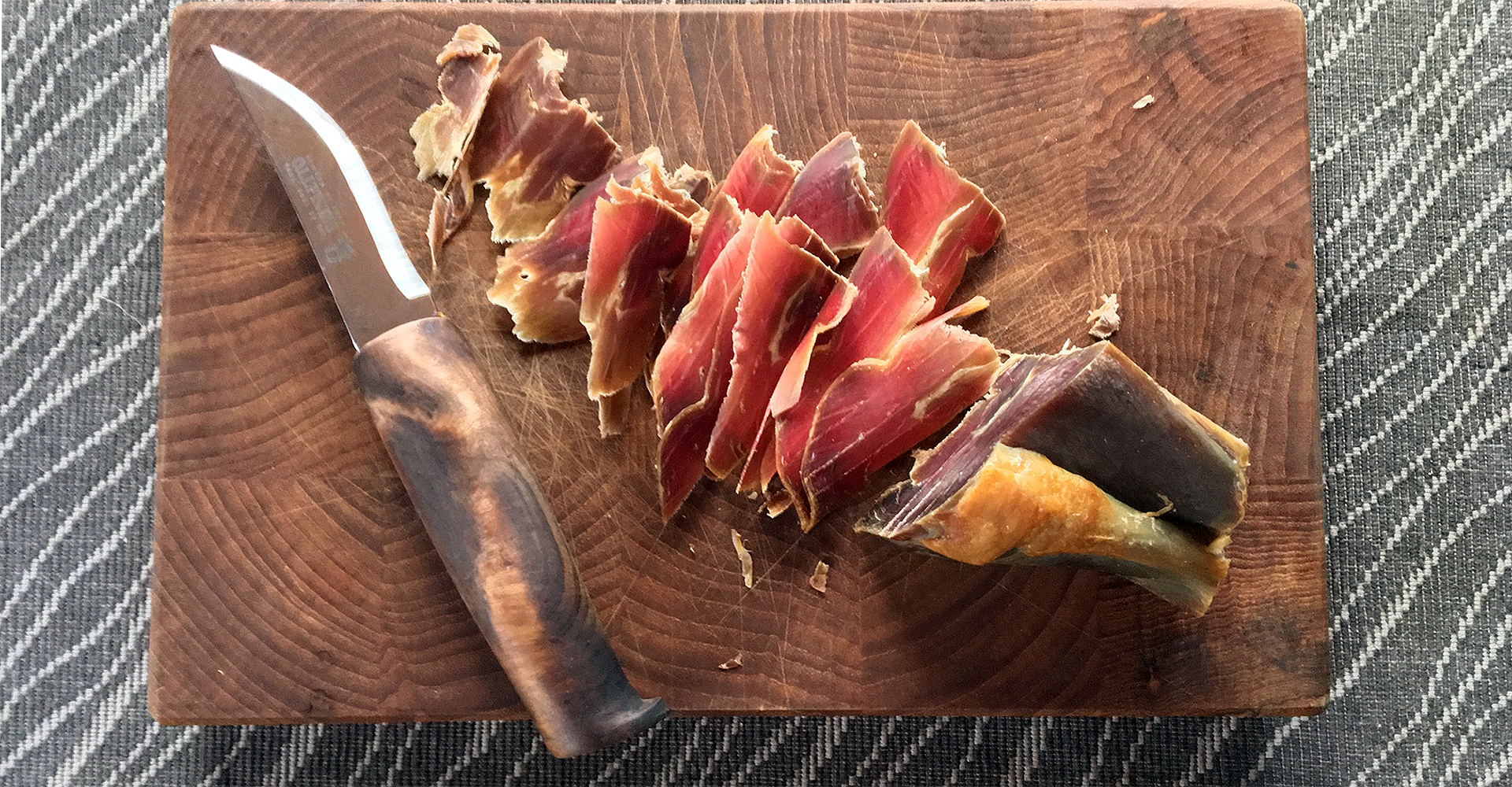 an homemade knife and som slices of fenalar, cured leg of lamb